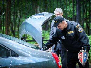 Проверка автотранспорта охранником